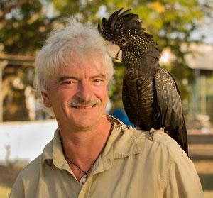 Ich mit einem schwarzen Kakadu in Australien