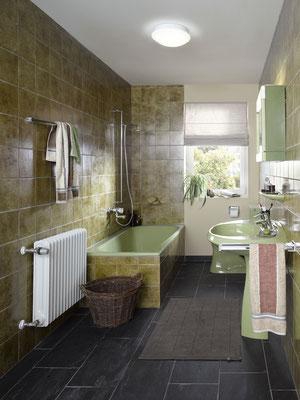 Badewanne mit hohem Einstieg als Barriere im Alter