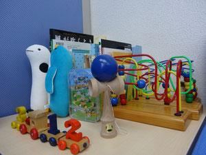 お子様のためのおもちゃや絵本もあります。けん玉は大人の方にも人気です!!