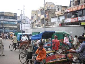 商売にいそしむ(2009年8月@Old Delhi)