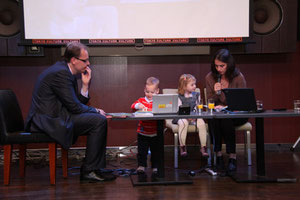 外交官の奥様によるハンガリー語での絵本朗読 聞いているのはご夫妻のお子様達。ハンガリーの絵本は日本でも有名。書籍に関してはコラムでも詳しく書いています http://webdacapo.magazineworld.jp/column/28690/