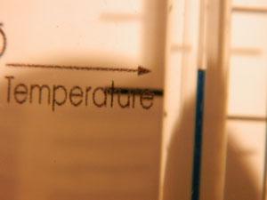 Der Schieber muss auf die Raumtemperatur eingestellt werden. Dann lässt sich der Luftdruck ablesen.