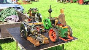 Traktor und Dampfmaschine im Kleinformat
