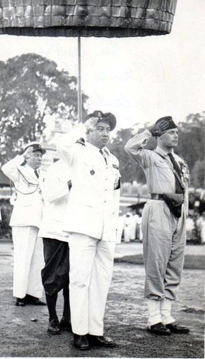 PHnom-Penh: 9-11-1953 -Le Prince Shianouk et le colonel Amiel