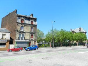 Derrière les arbres: emplacement de la maison natale de Jean Maridor, 67 Bd Sadi Carnot, maintenant Bd Jules Durand
