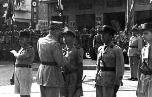 Le général de Gaulle remet la Croix de la Libération à Henri Amiel le 29 août 1942 à Beyrouth