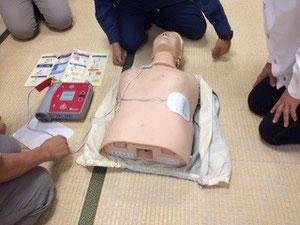 AED訓練 パットを貼ったら離れて下さい。感電しないように。