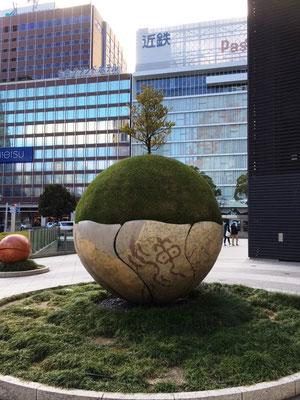 名古屋駅近くのオブジェ、私は地球儀が好き