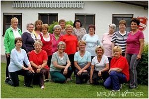 Die Frauengymnastikgruppe mit ihrer Leiterin Angelika Peters (1. Reihe, 2.v.r.)