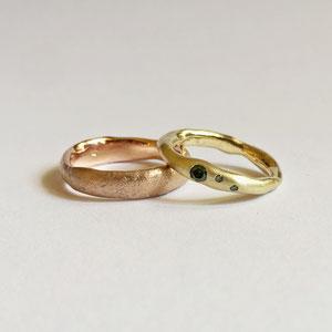 Eheringe aus Gelb und Rotgold mit grünem Diamant und Saphiren von Dora Des