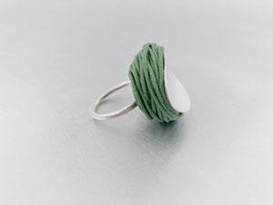 Ring aus Silber, Garn und Kunstharz von Dora Des