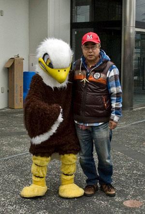 田子の小熊は、ワシの着ぐるみと記念撮影