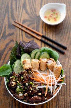 Plat du jour : Bo bun, boeuf à la citronnelle, nems, accompagné de légumes verts, nouilles de riz et salade