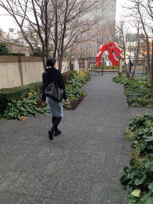 アドレスの中庭を通り抜けると、正面に赤いオブジェが見えてくる。