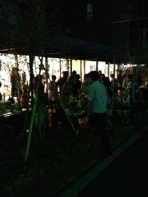表参道・骨董通りathalieで、ラトビア夜市を開催。アップルストア世界第一号店を八木保氏と共同担当した建築家・植木莞爾さんが、若き日に設計したファサードをかりて。