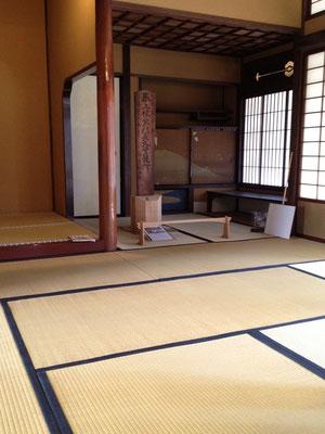 千駄木・旧安田楠雄邸の和室。座敷に座り込む、くつろいだ雰囲気で「大杉栄の精神と行動」スライドトークをお楽しみいただければ幸いです。