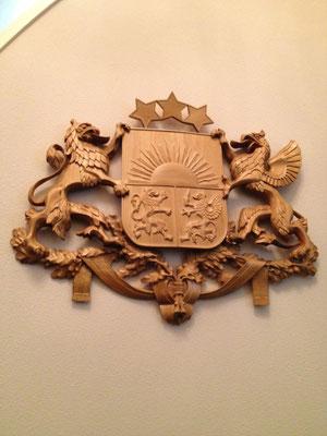ラトビア共和国大使館にかかげられている国章。ライオンとグリフォンが共和国を守る。