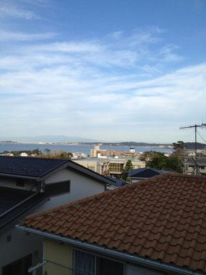 2階から相模湾をのぞむ。左にみえるのが江ノ島。