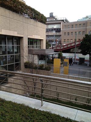 駅とアドレスをつなぐ吊り橋をわたる。ピーコックの脇を入り、右手にキャッスルストリートを眺めつつ進む。
