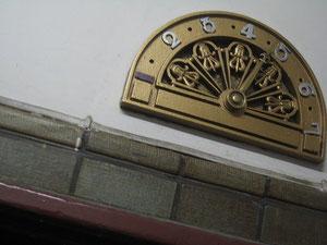 手動式エレヴェーターの階数表示盤