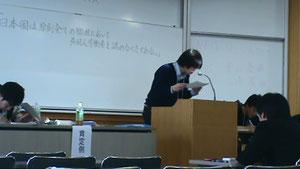 春季ディベート大会決勝戦。松田の1ACのスピーチの様子