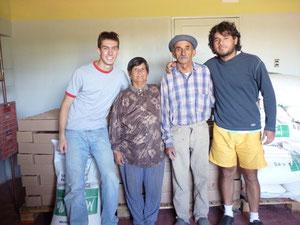 Andrés con varios voluntarios en nuestro nuevo depósito