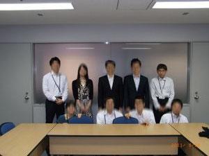 JPOの会議室にて記念撮影(上段向かって右端が田村)