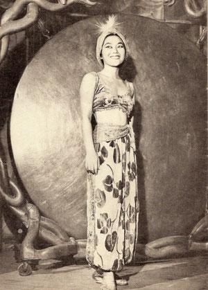 Ansicht Nahaufnahme Gong Cantarellis mit Assistentin um 1940