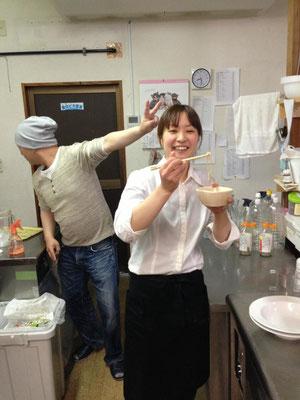 裏で打ち立てのお蕎麦を嗜むナナちゃん。後ろは渋谷さんです。何で横向いてるの~??