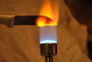 Blauflamme und glühende Messerspitze