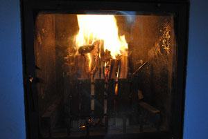 Feuerkorb oben entzündet und schichtweise abbrennend