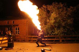 Einmalig: Die Feuershow zu nächtlicher Stunde.