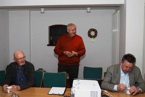 Herr Stieger (stehend) bei seinem Vortrag