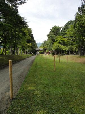 前日、馬場の流鏑馬設営が氏子・職員により行われる。八幡宮馬場は遠野市指定文化財