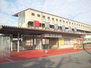 岐阜競輪場南入口。この目の前が駐車場です。