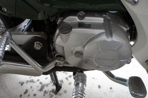 エンジン左上にあるのがオイル注入キャップです。
