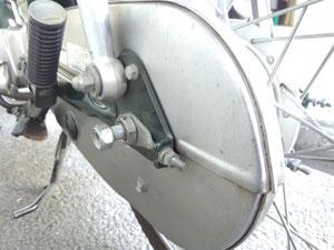まず、タイヤの軸を外そう!!(各部位の名称は分からないので適当に・・。)