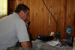 W wolnej chwili praca na radiostacji,przy mikrofonie Gienek SQ9HZM.