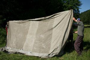 Już prawie pierwszy namiot stoi,na razie podtrzymują z tyłu Wojtek SQ9JKW  a z przodu Janusz SP9UOP