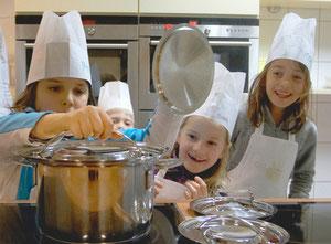 Die kleinen Kochmützen - Kochkurse für Kinder - Kindergeburtstag ... | {Kochschule für kinder 4}