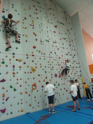 ... voit grimper les jeune de l'école d'escalade...