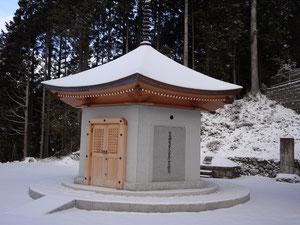 雪の中の涅槃堂外観