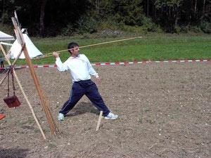 Der spanische Meister beim Training mit einer anderen Schleuderwaffe. Der Speerschleuder