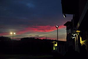 Der Himmel vor dem Start des Nachtrennens.