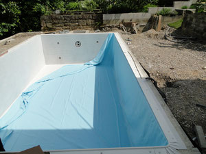 Folie verlegen pool selber bauen for Vlies pool verlegen