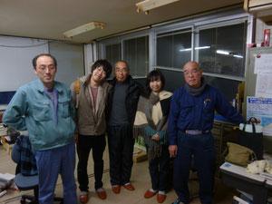 真ん中が賀沢信さん、右が素材広場の横田順子さん