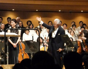 2011年3月20日公演  本記事は冒頭ホームに掲載中。  アンコールを受けるマエストロ(右)と、ソプラノソリスト半田美和子さん(左)。