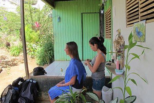 """Meine Gastschwester Reina schneidet mir die Haare in ihrem """"Salon"""""""