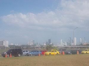 Mein erstes Bild aus dem Bus von der Skyline Panama Citys