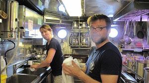 Tine und Thomas beim Abwaschspaß!